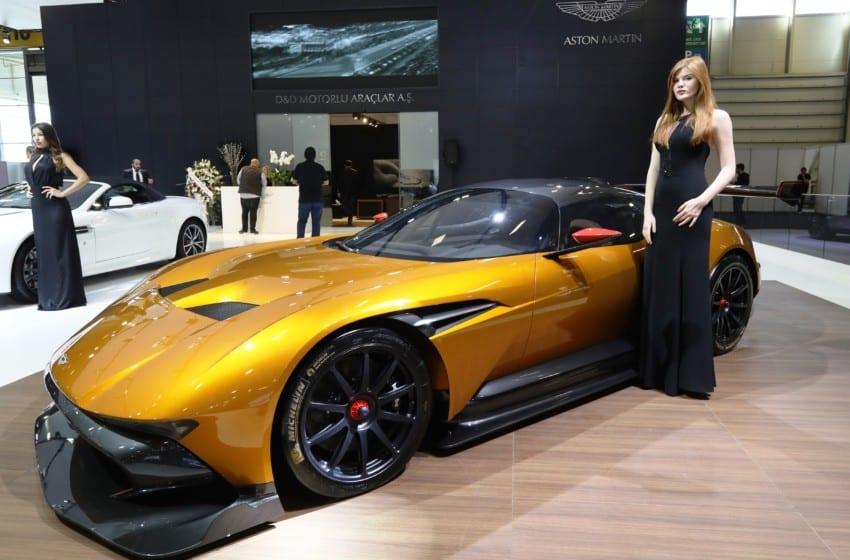 Fuarda Aston Martin geçidi
