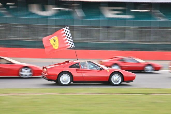 964 adet Ferrari'den aynı anda pist geçişi